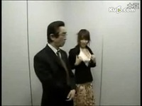 日本美女惨遭变态恶搞