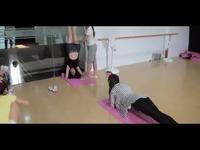 美女中学生舞蹈教室内痛苦被动压腿 游戏视频