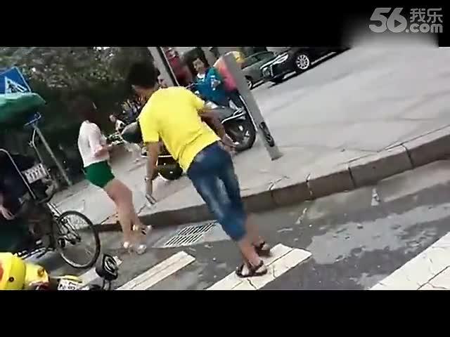 实拍打架小男孩当街追打少妇-游戏视频